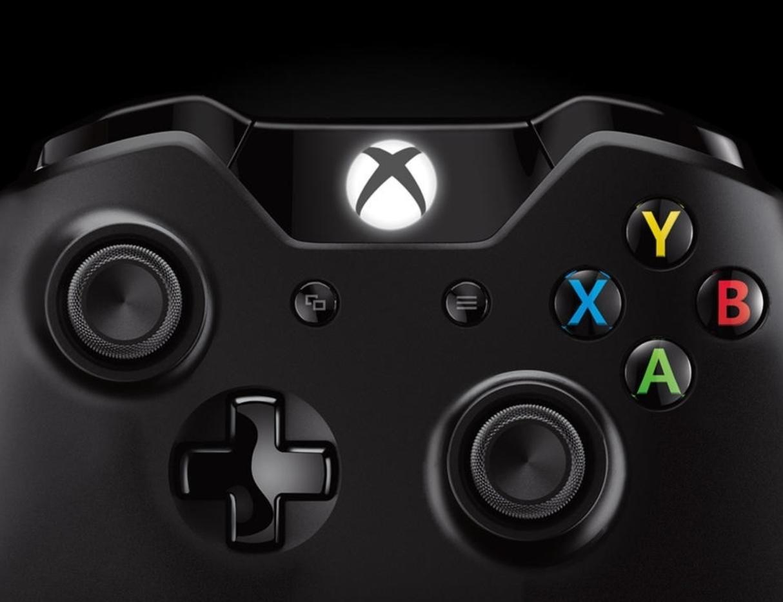 На контроллерах Xbox One отсутствует кнопка общего доступа в центре.