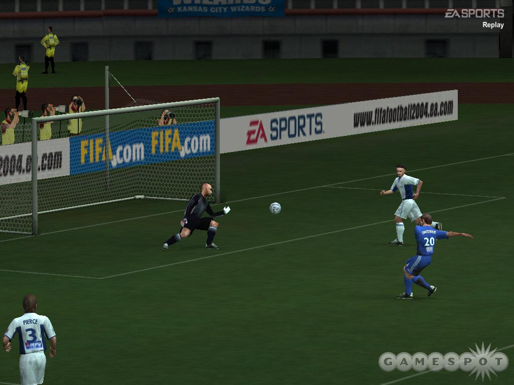 In FIFA 2004, clean chances, like this one inside the goal box, are very rare indeed.