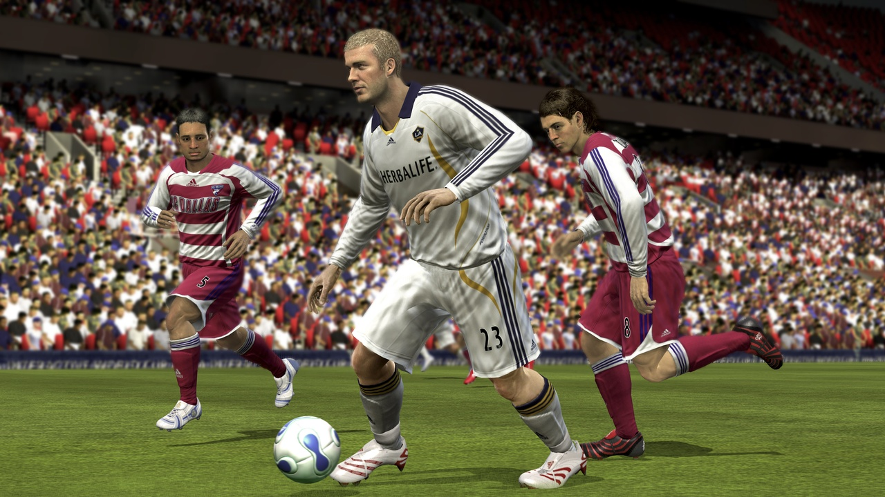 Although they have a plastic look up close, player likenesses and playing styles are almost scarily well done in FIFA 08.