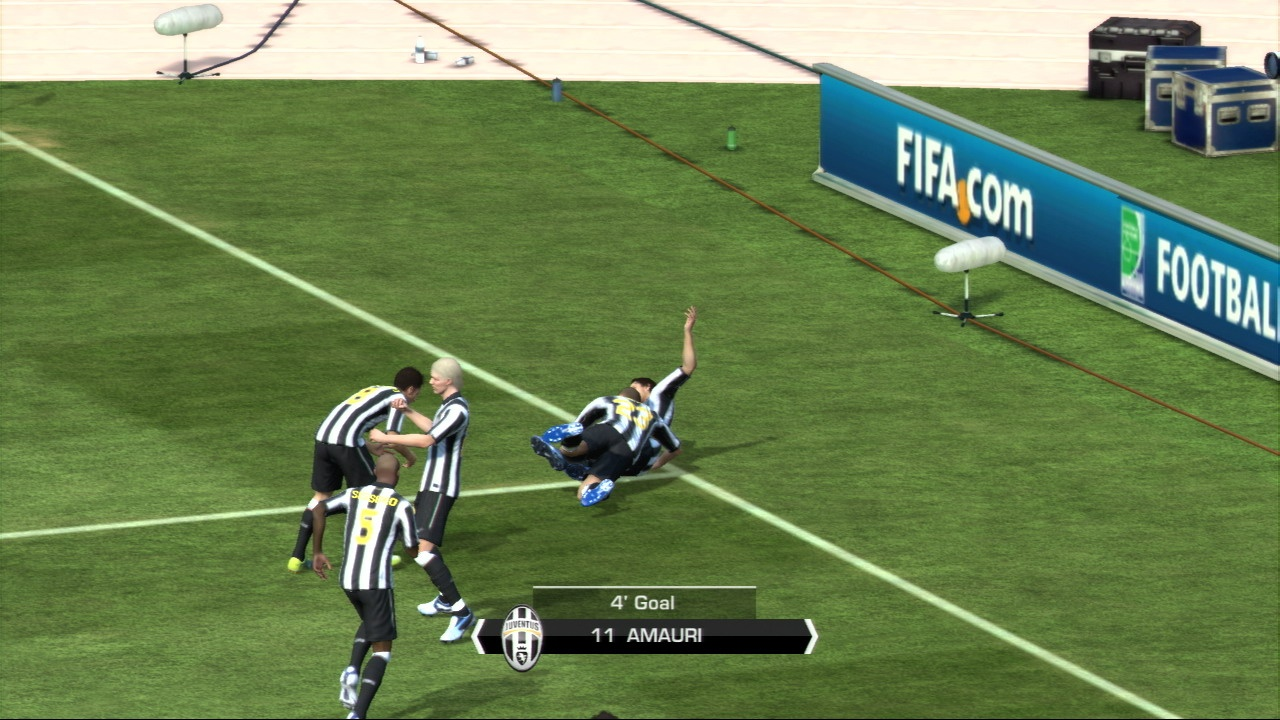 Multi-user goal celebrations are now possible in online games of FIFA 11.