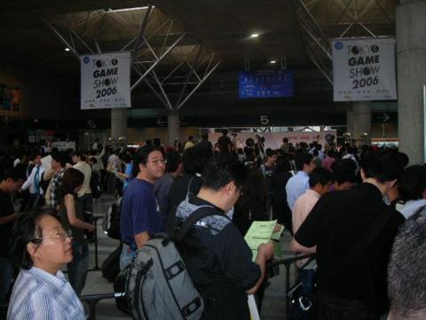 The throng gathers to hear Kutaragi speak.
