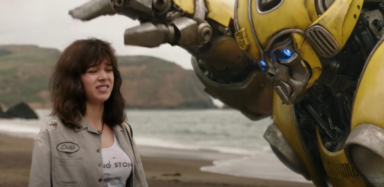 Uma cena de Bumblebee de 2018, dirigida por Travis Knight