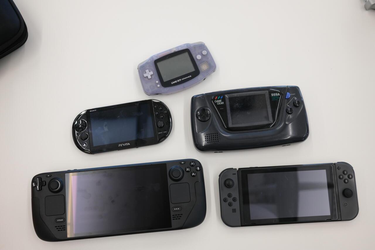 Steam Deck рядом с Advance, Game Gear, Switch и Vita.